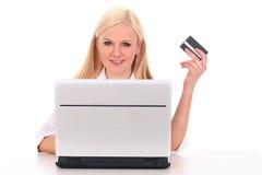 Vrouw die laptop met behulp van Stock Foto