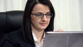 Vrouw die laptop met behulp van stock videobeelden