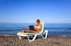 Vrouw die laptop met behulp van Stock Fotografie