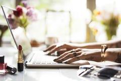 Vrouw die Laptop met behulp van die Online Winkel surfen royalty-vrije stock foto's