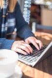 Vrouw die Laptop met behulp van die online winkelen Stock Afbeelding