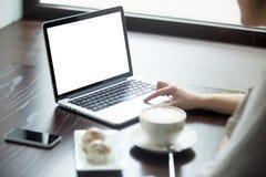 Vrouw die laptop met het copyspacescherm met behulp van Close-up Stock Fotografie