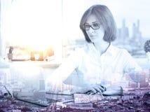 Vrouw die laptop multiepxosure gebruiken royalty-vrije stock afbeelding