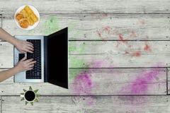Vrouw die laptop op bureau met behulp van Stock Fotografie