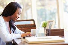 Vrouw die Laptop op Bureau thuis met behulp van royalty-vrije stock foto's