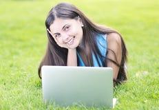 Vrouw die laptop in openlucht met behulp van Royalty-vrije Stock Afbeeldingen