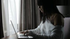 Vrouw die laptop in ruimte met behulp van stock footage