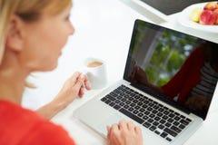 Vrouw die Laptop thuis in Keuken met behulp van Royalty-vrije Stock Fotografie