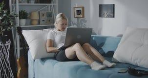 Vrouw die laptop thuis met behulp van stock videobeelden