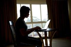 Vrouw die Laptop van de Computer met behulp van stock afbeeldingen