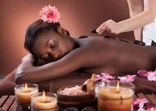 Vrouw die Lastone-Therapie krijgen bij Kuuroord Royalty-vrije Stock Foto's