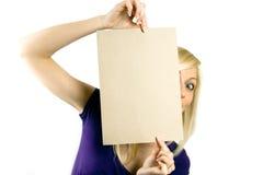 Vrouw die leeg houdt notecard Royalty-vrije Stock Afbeelding