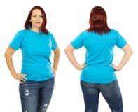 Vrouw die leeg lichtblauw overhemd dragen stock afbeelding