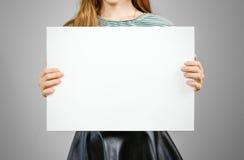 Vrouw die leeg wit groot A2 document tonen Pamfletpresentatie PA Royalty-vrije Stock Fotografie