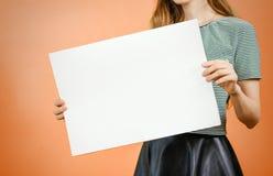 Vrouw die leeg wit groot A2 document tonen Pamfletpresentatie PA Royalty-vrije Stock Afbeeldingen
