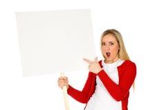 Vrouw die lege affiche houdt Stock Foto's