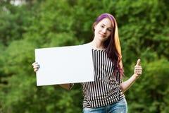 Vrouw die lege banner houdt Stock Afbeelding