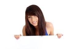 vrouw die lege witte raad houdt Stock Foto's