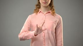 Vrouw die liefde in gebarentaal zeggen, die woorden in aslles tonen, mededeling stock video