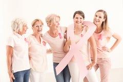 Vrouw die lint dragen die zich in groep bevinden royalty-vrije stock afbeeldingen