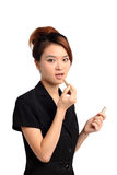 Vrouw die lippenstift toepassen Stock Foto's