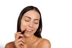 Vrouw die lippenstift toepassen Stock Foto