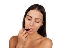 Vrouw die lippenstift toepassen Stock Fotografie
