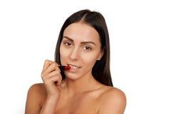 Vrouw die lippenstift toepassen Royalty-vrije Stock Afbeelding