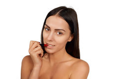 Vrouw die lippenstift toepassen Stock Afbeeldingen