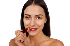 Vrouw die lippenstift toepassen Stock Afbeelding