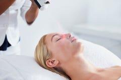 Vrouw die lokale cryotherapy ondergaan bij kuuroord stock afbeeldingen