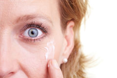 Vrouw die lotion toepast stock fotografie