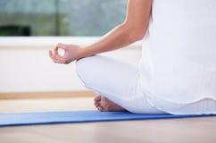 Vrouw die in Lotus Position mediteren Royalty-vrije Stock Afbeelding