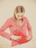Vrouw die maagklemmen voelen die op bed liggen Stock Foto