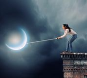 Vrouw die maan vangen Royalty-vrije Stock Foto