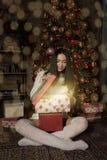 Vrouw die magische giftdoos openen stock afbeeldingen
