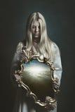 Vrouw die magische spiegel houden Royalty-vrije Stock Foto's