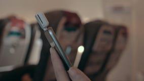 Vrouw die magnetische mobiele kaartlezer voor online betaling met behulp van stock video