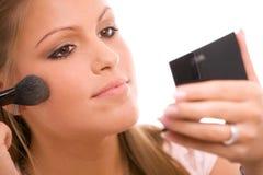 Vrouw die make-up doet Royalty-vrije Stock Foto's