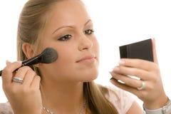 Vrouw die make-up doet royalty-vrije stock afbeeldingen