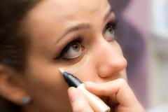 Vrouw die make-up toepassen Royalty-vrije Stock Afbeeldingen