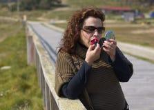 Vrouw die make-up toepast Royalty-vrije Stock Afbeelding