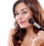 Vrouw die Make-up toepast royalty-vrije stock afbeeldingen