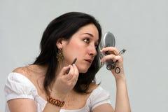 Vrouw die make-up toepast Stock Foto's