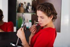 Vrouw die make-up toepast Royalty-vrije Stock Fotografie