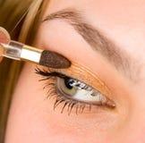 Vrouw die make-up toepast Stock Afbeeldingen
