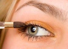 Vrouw die make-up toepast Stock Afbeelding