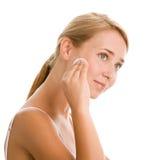 Vrouw die make-up verwijdert Royalty-vrije Stock Foto's