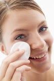 Vrouw die make-up verwijdert Stock Afbeelding