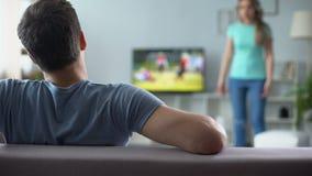 Vrouw die, man het letten op voetbalwedstrijd, die conflict, verhouding negeren ruzie maken stock video